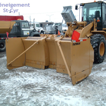 Loader with extendable scraper - Deneigement St-Cyr - Commercial snow removal