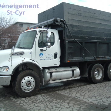 industrial snow removal Laval - Freightliner truck for snow transportation