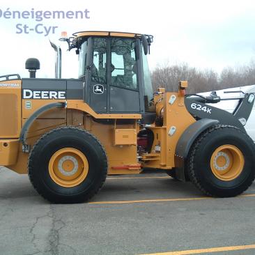 parking snow removal Laval - John Deere 624K loader